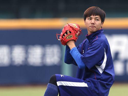 15日、台中インターコンチネンタル球場で調整する郭俊麟投手