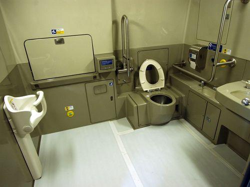 新幹線のトイレ占用した日本人とみられる女、乗務員に殴りかかる/台湾