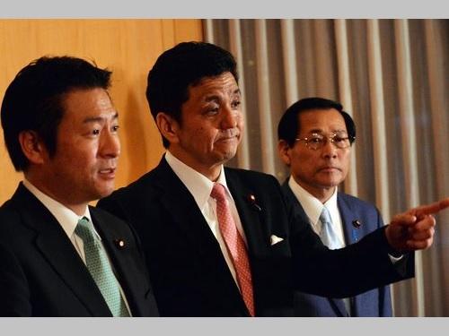 1日、馬英九総統との会談後、記者会見に臨む岸信夫衆議院議員(中央)