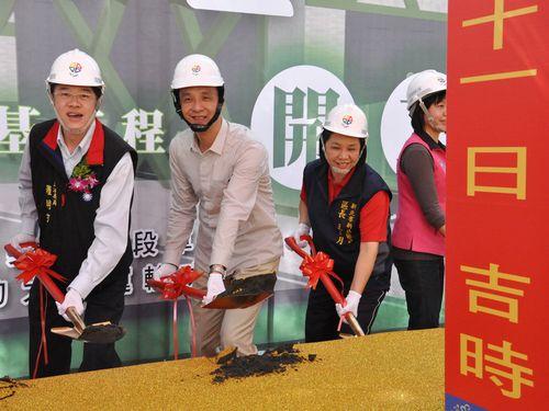 「安坑線」関連の工事の起工式に出席する朱立倫・新北市長(左2)ら=2014年11月、台湾・新北市