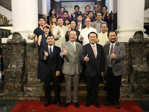 「台湾文化センター」のPRイベントに出席する洪孟啓文化部長(前列左2)=2015年6月3日、台湾・台北、文化部提供