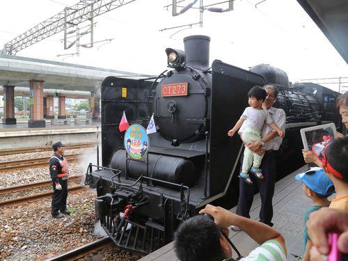 日本製の蒸気機関車が復活運転/台湾・花蓮