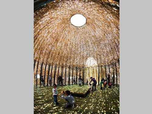 王文志さんの作品「浴火鳳凰」=水と土の芸術祭2012実行委員会事務局提供