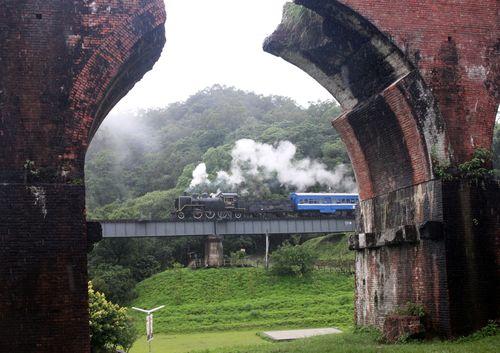 旧山線の復活に合わせて運転される蒸気機関車=2010年6月3日、台湾・苗栗