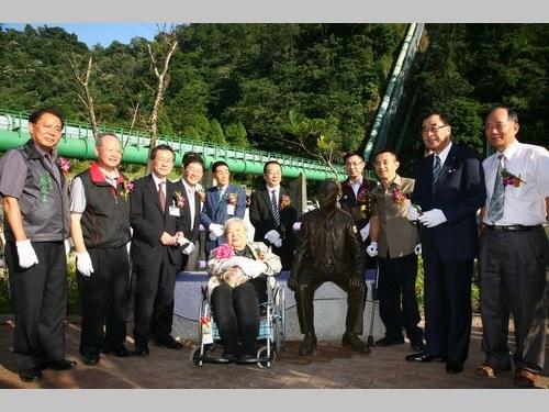 磯田謙雄技師の功績をたたえる銅像の除幕式の模様=2013年10月15日、台湾・台中