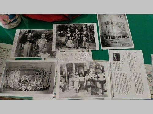 「湾生」の男性が持ってきた日本統治時代の写真や資料=屏東分局提供