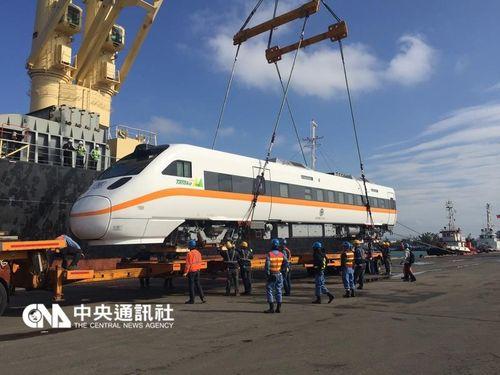 台湾鉄道タロコ号の増備車、けさ台中港で陸揚げ