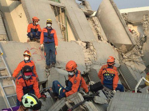 倒壊した台南市内のビルで住民の救出にあたるレスキュー隊の隊員たち=桃園消防局提供