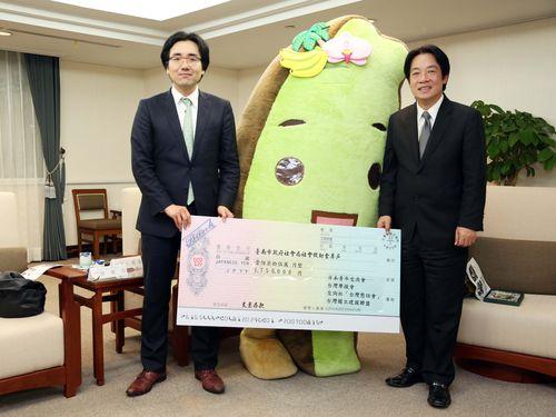左から日台若手交流会の加藤秀彦代表、タイワンダー☆、台南市の頼清徳市長=台南市政府提供