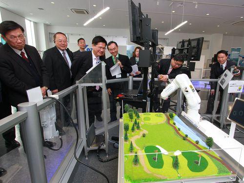 安川電機の中部支店を訪問した林佳龍台中市長(左3)