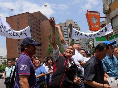台湾の漁民らが交流協会に生卵  漁船拿捕への抗議で  日本に謝罪求める
