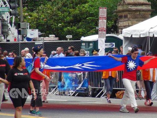 大型の中華民国国旗がパレードに  友好関係象徴=米メモリアルデー/台湾