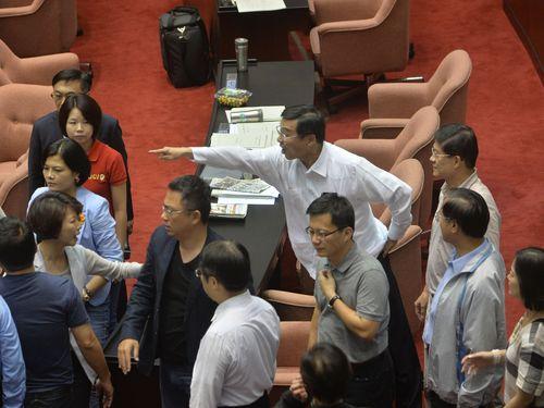 国会職員が倒れ救急搬送、夜を徹した採決の末  与野党は互いを批判/台湾