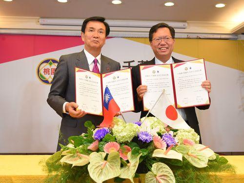 左から森田健作・千葉県知事、鄭文燦・桃園市長=桃園市政府提供