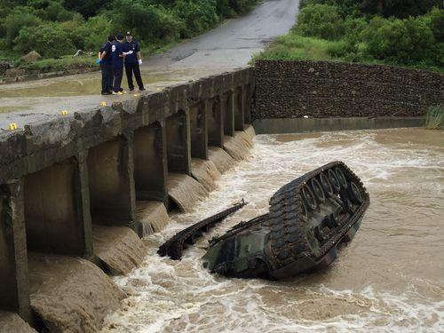 陸軍戦車が川に転落  3人死亡/台湾