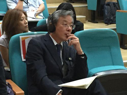台湾大のシンポジウムに出席する川島俊郎氏(手前)