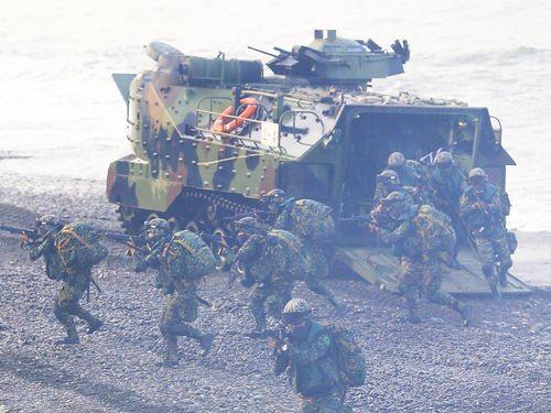 「漢光演習」の一部として行われた上陸作戦の演習の模様=25日台湾・屏東で撮影