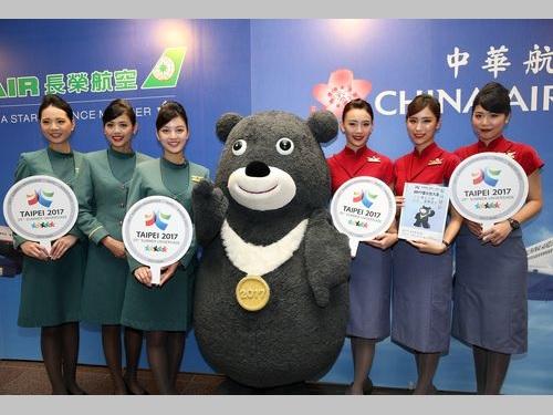 チャイナエアライン、エバー航空両社の客室乗務員ら。2017ユニバーシアード台北大会のPRイベントで=2016年8月台北で撮影