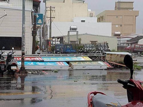 強風で倒れた看板=14日屏東県恒春で撮影