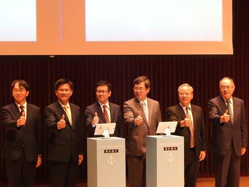 調印式に立ち会う林佳龍・台中市長(左から2人目)