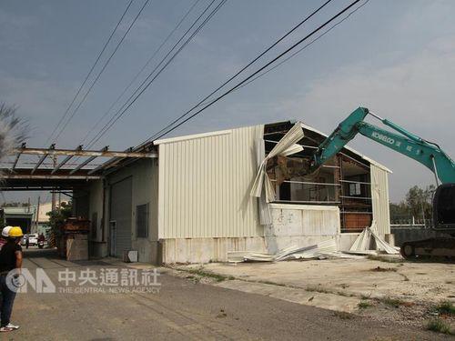建物の解体始まる=台南駅周辺の鉄道地下化工事/台湾