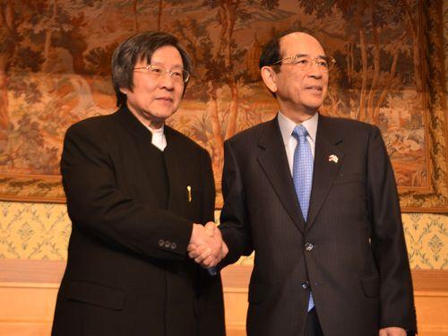 握手を交わす邱義仁(左)と大橋光夫の両会長