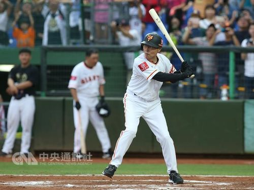 王貞治さん、台湾の新人投手を激励=台中でチャリティー試合