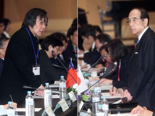貿易経済会議に出席する亜東関係協会の邱義仁会長(左)と交流協会の大橋光夫会長