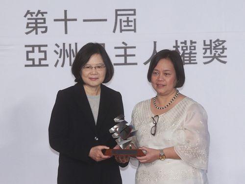 世界人権デー関連イベントに出席する蔡英文総統(左)