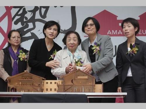開館式に臨む鄭麗君・文化部長(左から2人目)