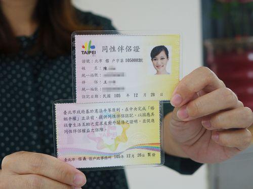同性カップルの関係認める「パートナー証」交付開始=台湾・台北市