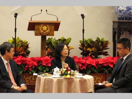 左から陳建仁副総統、蔡英文総統、黄重諺総統府報道官