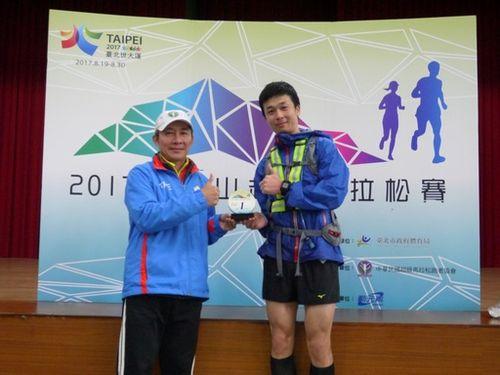 野本浩礼選手(右)=中華民国超級馬拉松[𧾷包]者協会提供