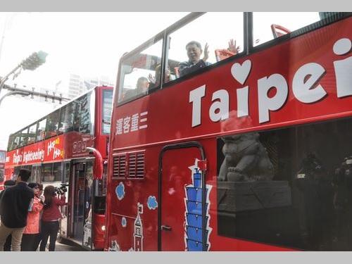 台北市の2階建て観光バス、きょうから運行開始/台湾