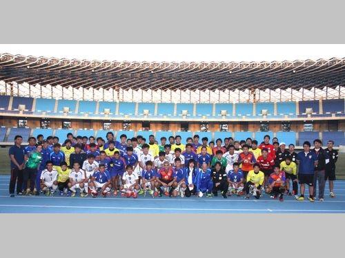 試合後、笑顔を見せるアルビレックス新潟と台湾代表の選手ら=高雄市体育処提供