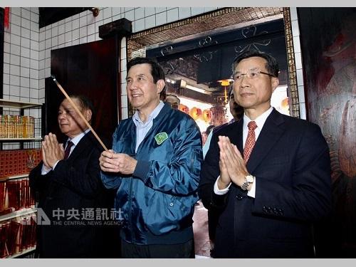 旧正月の大晦日となった27日、台北市内にある福興宮を参拝した馬英九前総統(中央)