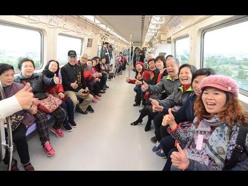<空港線>きょうプレ開業  関係者ら乗り初め/台湾