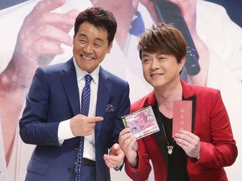 五木ひろし(左)にアルバムとお年玉をもらう五木の大ファンで台湾語歌手の翁立友