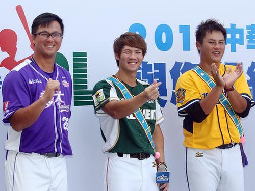 陽岱鋼の代役としてWBC代表入りする羅国龍(中央)。左は長兄の高国輝、右は次兄の羅国華。今回も代表に選ばれる羅国華は同姓同名の別人
