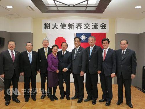 謝長廷氏(右から5人目)夫婦