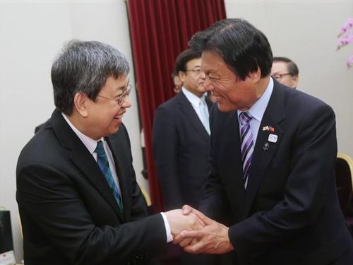小川洋・福岡県知事(右)と握手を交わす陳建仁・副総統=総統府提供