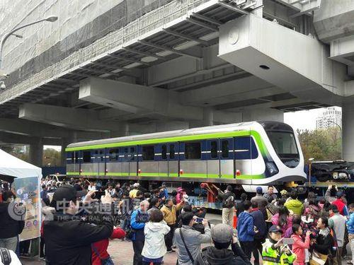 <台中メトロ>グリーンライン用車両がパレード  沿道に多くの人/台湾
