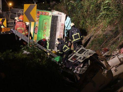 高速道路で観光バス横転  30人死亡/台湾