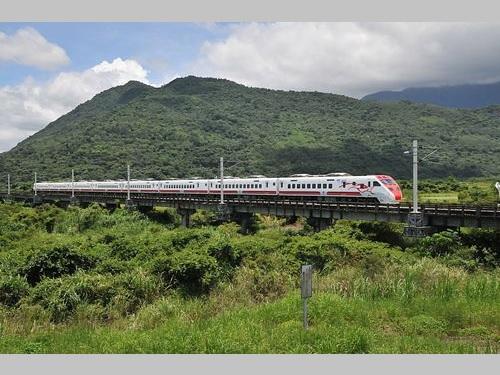 台東線を走る台湾鉄路の特急「プユマ号」