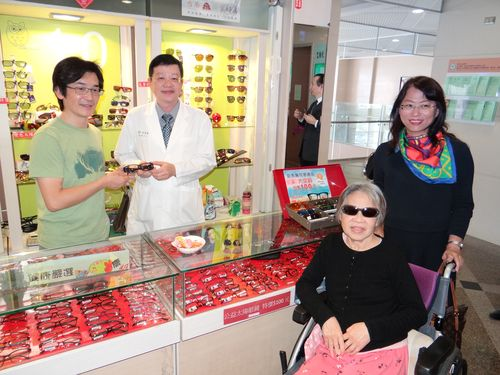 ウェイ・ダーション監督、台南の病院に物品寄贈 次回作にも言及/台湾