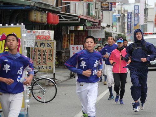 台東県の子供たちとチャリティーマラソンを走る井上眞悟さん(右)=台東県政府提供
