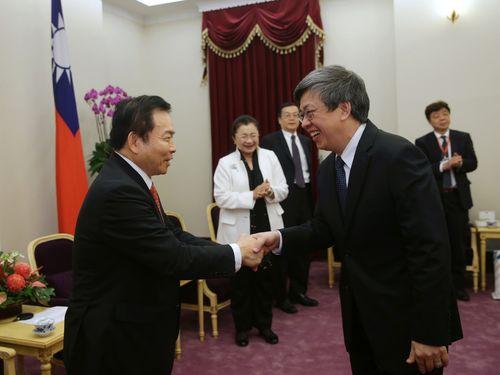 在日華僑団体の表敬訪問を受ける陳建仁副総統(手前右)