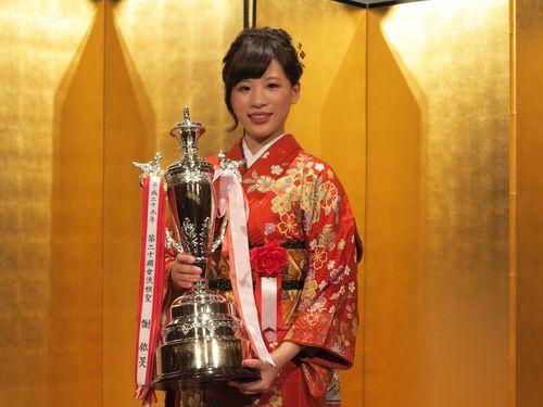 台湾出身の謝依旻女流棋聖、5連覇達成 トロフィーを手に笑顔