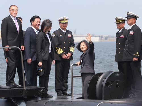 蔡英文総統(右から3人目)