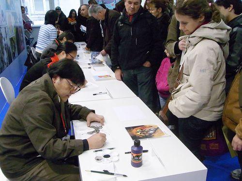 鄭問さん(手前左)=2012年1月29日撮影